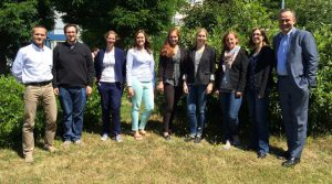 Das Foto zeigt die Projektgruppe eingerahmt von Prof. Dr. Thomas Ellwart und Dr. Thomas Moldzio mit (v.l.n.r.) Simon Merz, Sonja Henn, Elisabeth Burkhart, Mona Rynek, Elisabeth Endres, Gesine Kaup und Annabelle Hofer.