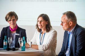 Dr. Thomas Moldzio lauscht gespannt den Ausführungen von Dr. Kim Muriel Helbig (Präsidentin der FH Lübeck), links im Bild die Moderatorin Dr. Sabine Hackenjos (IHK zu Lübeck)