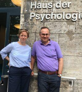 Thordis Bethlehem und Dr. Thomas Moldzio vor dem Haus der Psychologie in Berlin